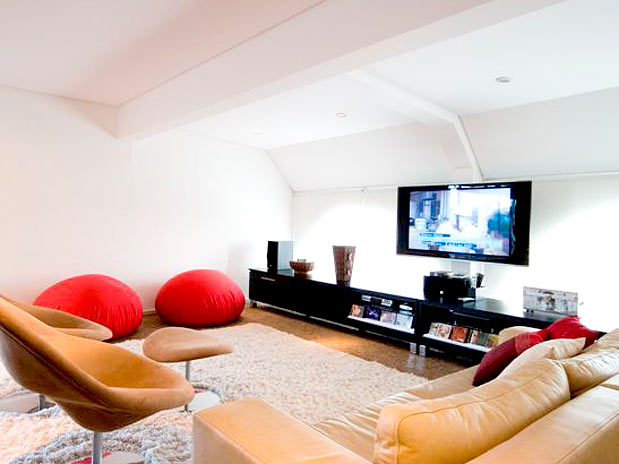 Mezanino Com Sala De Tv ~ No mezanino fica a sala de TV, que recebeu um tapete felpudo e