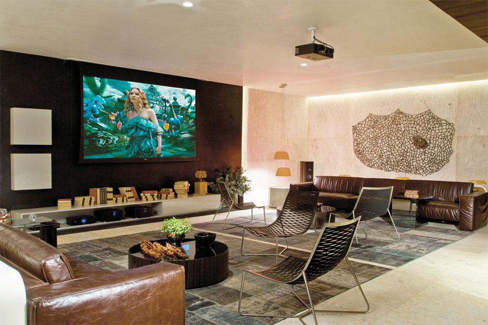 Sala De Tv Cor Verde ~ os sofás de couro demarcam as laterais do espaço mas as poltronas de